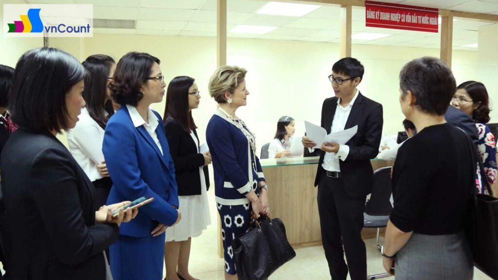 bà Marie-Gabrielle Ineichen-Fleisch cùng đoàn doanh nghiệp Thụy Sỹ tham quan Cơ quan ĐKKD thành phố Hà Nội