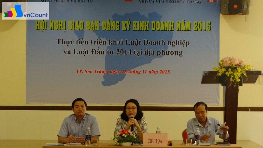 ban chủ tọa điều hành thảo luận tại hội nghị giao ban