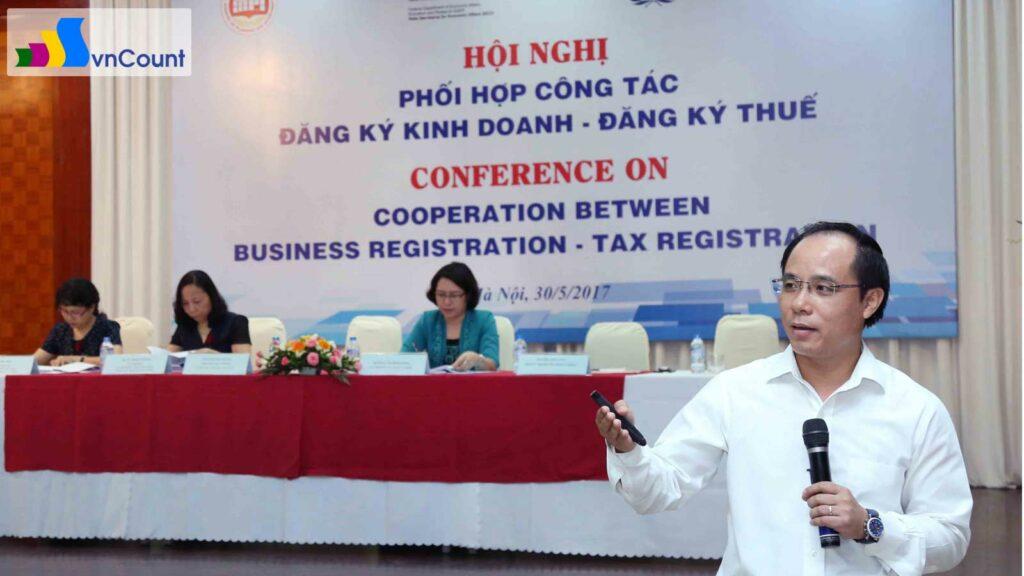 phó Cục trưởng Cục Quản lý đăng ký kinh doanh trình bày tại Hội nghị