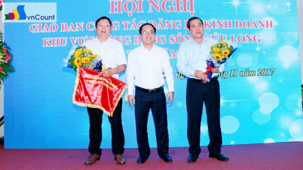 phó cục trưởng cục quản lý đăng ký kinh doanh tặng hoa đơn vị tổ chức thành công Hội nghị giao ban